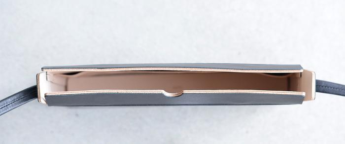 直線で構成されるすっきりとした形のレザーリュック。メインとなるフロント面には縫製や装飾などが一切見られず、一枚革が贅沢に使われており、カジュアルさを排除したデザイン。