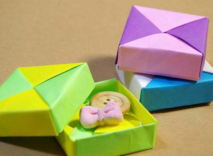 こちらは折り紙でつくった小物入れ。このまま渡しても、リボンをかけてあげても素敵ですね。