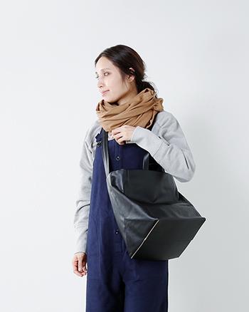 ショルダーバッグの2wayで使える機能的なバッグです。荷物もたっぷりと入り、オンオフ問わず使える上品なバッグに仕上がっています。大きく開く間口ですので荷物の出し入れも楽々。