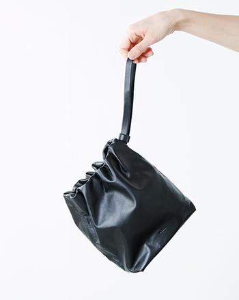 必要最小限の荷物が入れられるミニマムなサイズ感。高級感漂う皮革を巾着のように絞るシンプルなデザインにまとめ、他では見ないユニークなアイテムに仕上げられています。