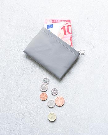 コインケース。 シンプルなデザインとなっており、内側は中央で仕切られた2つのスペースがあり、コインとお札やカードを分けて収納できます。ミニサイズですので、ハンドバッグに入れやすく邪魔になりません。