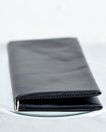 ポスポートとお財布が一体型になった便利なケース。 取り外し可能なカードホルダーを装備し、旅行の際、パスポートとクレジットカードなど大切なものをまとめて収納できる便利なアイテム。