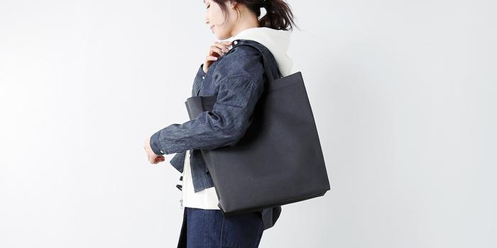 主に防水性を高めるために用いられるウェルダー(熱溶着)の技術を用いてつくられたWELDERシリーズ。シームレスで美しい表情が魅力的。厚みのないすっきりとした素材感は、洗練された印象を与え、バッグに関わる全ての所作が無駄のないものへと変わるような、そんな特別なバッグです。