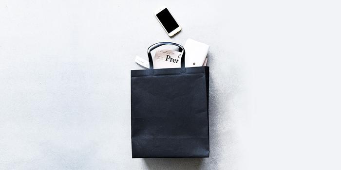 バッグ内側には、両サイドに収納ポケットがあしらわれています。ブランドネームが型押しされたフラップポケットは、A4ノートが楽々入る大きさとなっています。反対側のファスナー付きポケットはICカードや携帯電話など頻繁に取り出す小物を分けて収納できる実用的なデザイン。シンプルながら、必要な機能はきちんと押さえたデザインとなっています。