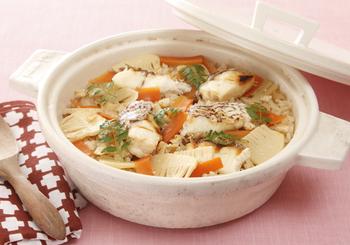 真鯛を香ばしく塩焼きにして、炊き込みご飯に。とても繊細な鯛の風味をいかす上品な味付け。お祝い事にもぴったりの贅沢な炊き込みですね。