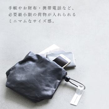 手帳やお財布・携帯電話など、必要最小限の荷物が入れられるミニマムなサイズ感。