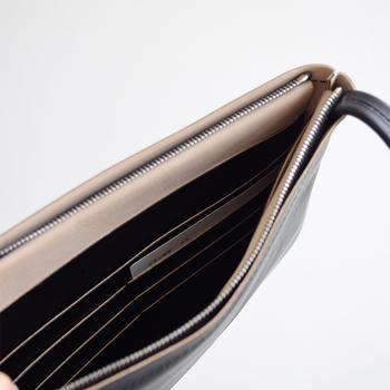ショルダーバッグのように、 お財布を肩から掛けて身軽にお出かけできるから ちょっとこそまで、なんてときにも便利♪