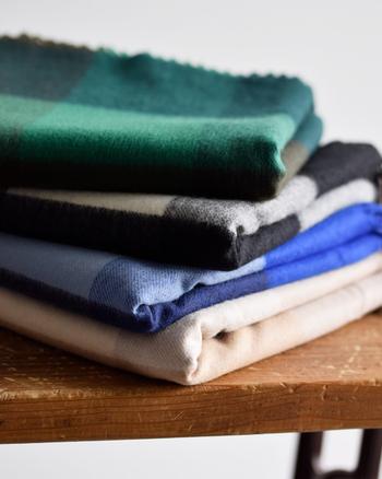 JOHNSTONE OF ELGINは、1797年に創設され200年以上の歴史を持つ、スコットランドの老舗高級ニットブランド。カシミア製品の発色のよさに定評があります。糸の段階から全ての工程を自社工場で行い、最高品質のクオリティーとこだわりを表現し続けています。