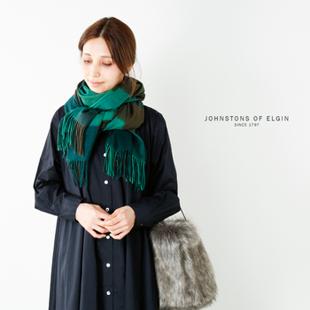 ウールに比べて肌触りの良さが格段に良いカシミヤ。軽くて保湿・保温に優れている理由は、他の繊維より毛足が非常に細いから。