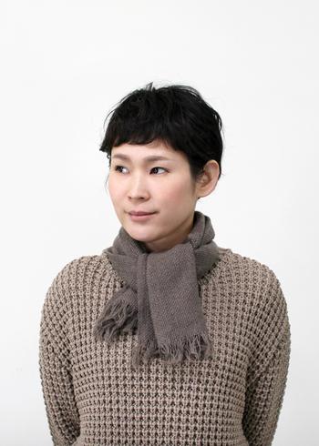 ぐるぐると首に巻いたり結び方をアレンジしたりと、スカーフ感覚でコーディネートにさらりと使えます。