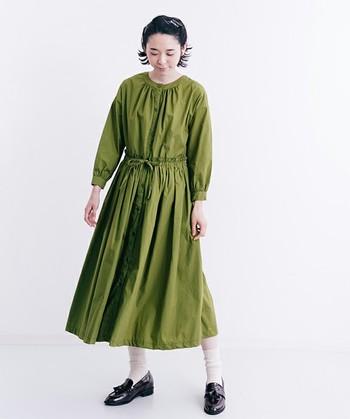 秋冬は落ち着いたグリーンがよく似合う季節。ノーカラーのワンピースを選べば、より女性らしい雰囲気が楽しめ、いつものシャツワンピースとはまたひと味違った着こなしが楽しめそう。