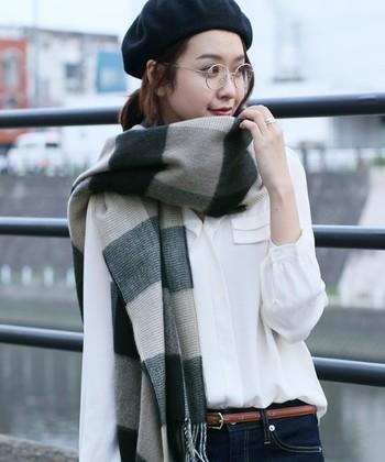 秋が深まり寒さが増してくると、マフラーやストールが一枚あると何かと便利です。分厚いコートを着るほどではなくても少し肌寒いときに、首もとにササッと巻くだけで暖かくなれる巻き物。巻き物美人になれる、おすすめのマフラー&ストールをご紹介します。