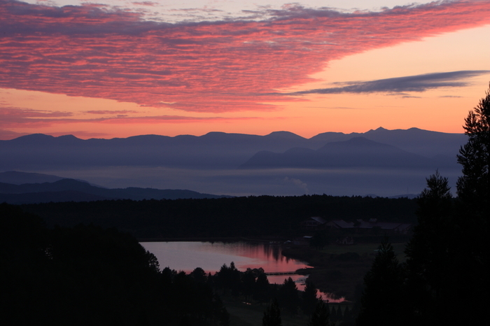 飯綱町は、広大な森に湖が点在する高原のまち。車旅なら、ドライブもおすすめ。画像はワイナリーから15分の霊仙寺湖。朝の風景です。