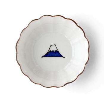 薬味やお菓子を乗せるのにもちょうどいい小さな菊鉢の底に富士山。ほっこり可愛いお皿は食卓を明るくしてくれそうです。