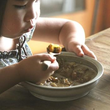 こども向け食器のシリーズにはカレー皿もあります。子どもサイズの程よい大きさに掬いやすい工夫がなされていて、食べる事が楽しくなるお皿です。大好きなカレーがより美味しくなりそうです。