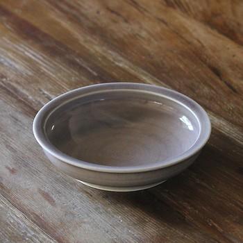 掬いやすさの秘密は、内側に向かって少しだけ返しがついた構造になっていること。これによって皿の中身の量が少なくなってきても、すくいこぼすことが無いよう工夫されています。手づくりの器だから出来る、こだわりと使う人への優しさが形になっていますね。