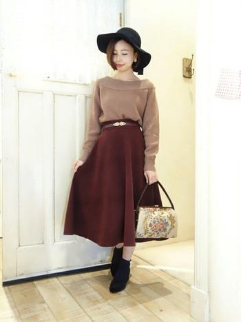 ボルドーのレッド系でまとめたコーデもスカートと小物でクラシカルな雰囲気に。