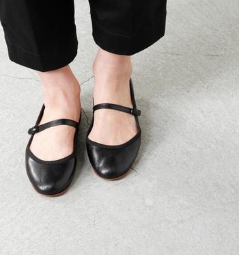 ストラップの華奢なラインが、足をきれいに華奢に見せてくれます。素足にストラップシューズも可愛らしい組み合わせ。
