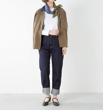 デニムからのぞく素足にストラップシューズが可愛らしいですね。ジャケットやスカーフを使った、きれいめカジュアルスタイルに合わせて◎。