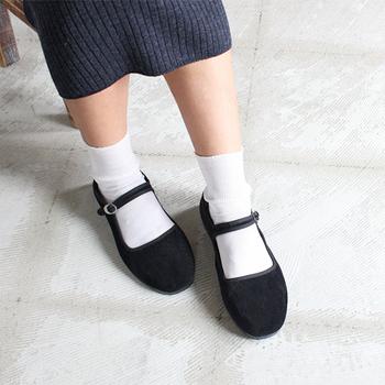 爽やかで清潔感のある白ソックス×ストラップシューズは、外せない組み合わせ。とても可愛らしい足元に。