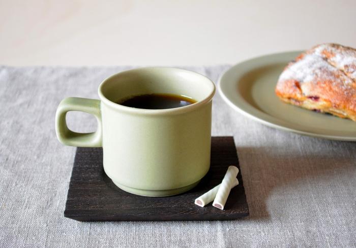 天然木の素材感を活かした焼桐は、金沢に伝わる伝統工芸。美しい木目を活かした独特の風合いは、和工芸品なのに洋食器とも相性バツグンです。