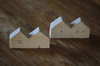 この小さなお家は箸置きになっています。二つ屋根の並んだデザインがとても可愛いですね。表面には化粧土を塗った刷毛目が良い感じの模様になっています。