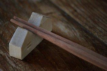 屋根のくぼみにお箸をセットして使うと、なんとなくユーモラスでふふっと笑いがこぼれそう。テーブルに並べて飾るだけでも素敵ですよ。