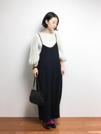 ふんわりギャザーのバルーン袖ブラウス×ゆったりめのサロペット。女性らしいスタイルにストラップシューズが足元も可愛くまとめてくれます。パープルのソックスが素敵なアクセントに。