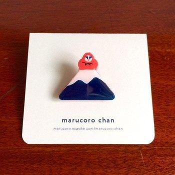 外国人のお友達にプレゼントしても喜ばれそうな日本を代表する「富士山」と「だるま」のコラボブローチ。手描きの柔らかい雰囲気が素敵。