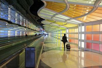 無事に入国できたら、フライトナンバーの書いてあるところで、スーツケースが出てくるのを待ちます。