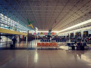 空港に着いたら最初に、チェックインをします。自動チェックイン機か、予約した航空会社のカウンターへ向かいましょう。カウンターではスーツケースも預けるので、機内で必要なものは必ず、機内持ち込み用のバッグに入れておきましょう。その後、保安検査場に向かって、手荷物のチェックを受けます。