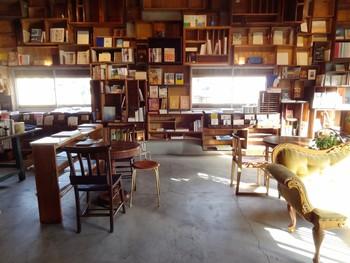 カフェの名前は、流れ続ける毎日に栞を差す日、というコンセプトがあるのだそう♪大きな書斎のような落ち着きのある空間が広がっています。リトルプレスやZINEなど本屋さんでは出会えない冊子もたくさん並んでいます。