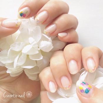 ネイル用の押し花の花びらを小さくちぎって並べれば、繊細で美しいお花モチーフが作れます。ベースに塗った白色に、カラフルなお花が映えてもっとキレイな指先に。