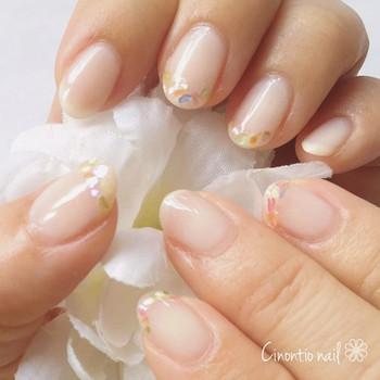 """""""女性らしく上品な手元に"""" 白色ネイルは、清楚でエレガントな雰囲気。柔らかな色味によって手元が美しく輝き、自然と上品さが引き立ちます。"""
