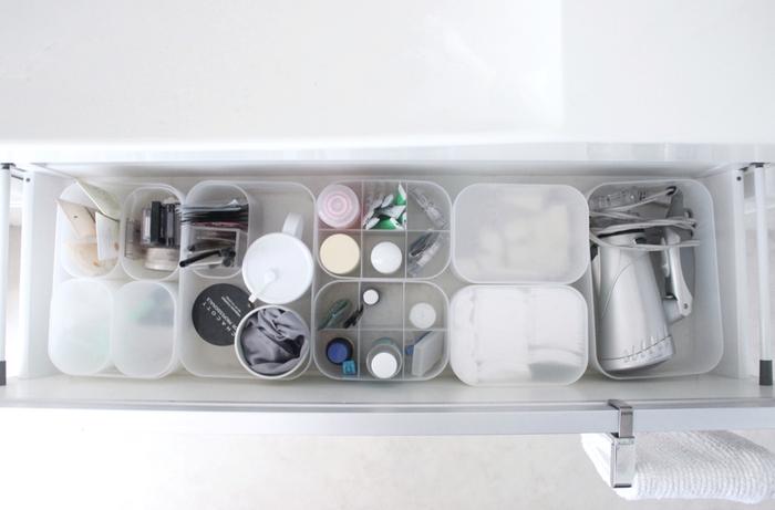 """洗面所に""""引き出し""""が付いていると便利ですが、なかなかスペースを上手に活用できない…とお困りの方も多いはず。そんな引き出し収納のヒントにしたいのが、こちらのブロガーさんの収納術です。無印良品の「メイクボックス」で仕切ることで、引き出し内のスペースを有効活用しながら見た目もスッキリ収納できます。"""