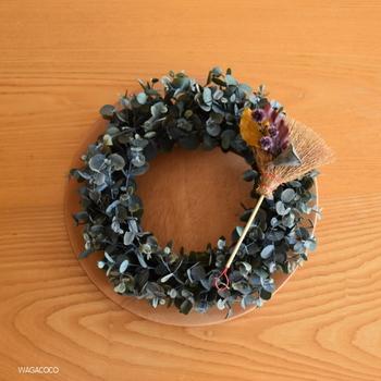 グリーンがベースのシンプルなクリスマスリース。壁にかけるだけではなく、ほかにも活用法がありますよ。