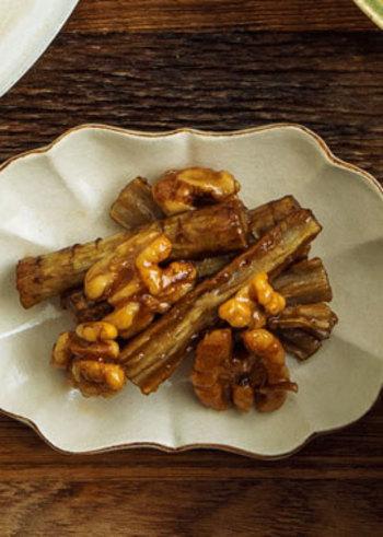 食物繊維が豊富なごぼうと、クルミを甘辛く煮詰めたご飯がすすむレシピ。香ばしいクルミの風味と、揚げたてごぼうのシャキシャキがたまりません。お弁当のおかずにも喜ばれる、万能レシピです。