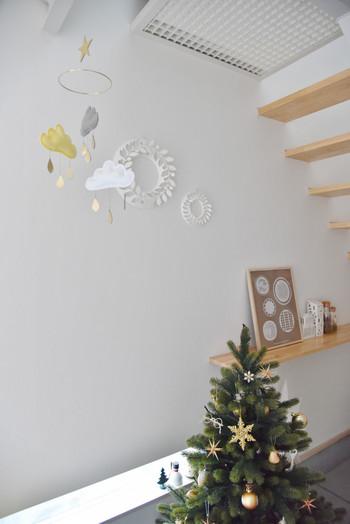シンプルなツリーには、ガーランドを組み合わせることで、ゆらゆらと動きがでて華やかさがプラスされます。