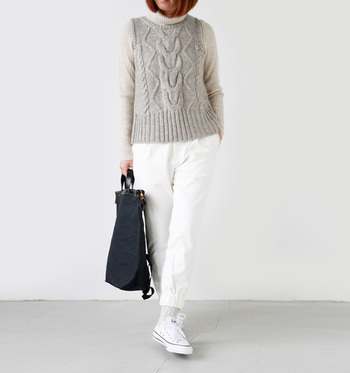 太目のケーブル編みが暖かみのあるベストは取り入れるだけで季節感を楽しめます。下に薄手のニットを合わせても素敵です。