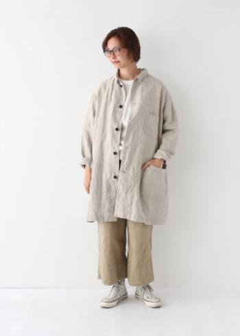 ベージュのシャツにワイドパンツを合わせて、インナーとスニーカーで白をプラスした着こなしです。ベージュはトーンを変えれば、上下で着ても違和感がありません。
