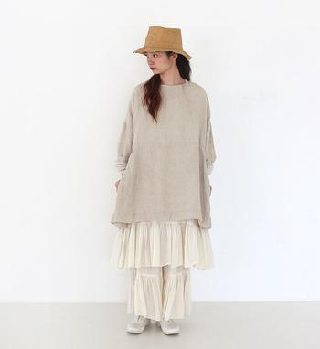 ベージュの長めトップスに、白のフリルワイドパンツを合わせた着こなしです。白は真っ白も可愛いですが、キナリ系の白を選ぶことでよりナチュラルな印象を強めることができます。