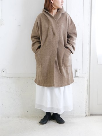 「白×ベージュ」のナチュラルアイテムの中には、季節を問わずに活用できる優秀なお洋服がたくさんあります。ぜひ秋冬にも上手に着回して、季節感のあるコーディネートを楽しんでみてくださいね。