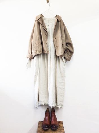 濃いベージュカラーのライトアウターに、キナリのワンピースを合わせたコーデです。ワンピースを着てアウターを羽織るだけでおしゃれなナチュラルコーデが完成するというのは嬉しいですね。