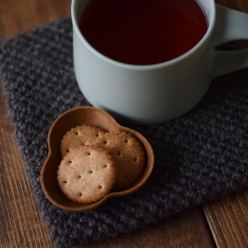 お茶うけのお菓子やナッツなど、ちょっとしたおつまみを入れるのに使いやすい木製の豆皿。 カチャカチャ音がしたり、落として割れることもないので、小さなお子さんがいる食卓をお洒落に演出したい時にも良いですね!