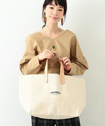 スワヒリ語で放浪という意味を持つ『TEMBEA(テンベア)』は、バゲット・本・衣類・新聞など入れるものを限定したバッグを作っている日本のブランドです。  キャンバス生地にパラフィン加工を施した素材を使い、撥水性や強度に優れたバッグを作り上げています。