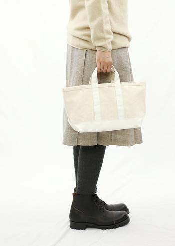 どんなコーデにも合わせやすい白キャンバスバッグは、一年を通して大活躍してくれる優秀バッグです。もしもまだ持っていないという方がいたら、気になるブランドのキャンバスバッグをぜひチェックしてみてくださいね♪