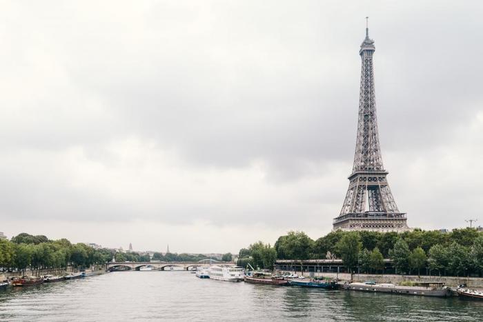 フランス映画の中で、まるで歌うように聞こえるフランス語に「あぁ、フランス語が話せたらいいなぁ」と憧れたことはありませんか? またフランス旅行で、カフェの店員やホテルスタッフと、フランス語でスマートに会話ができたら、旅の思い出も格別なものになるでしょう。  今回は、無理なく続けられるフランス語学習のすすめをご紹介します。