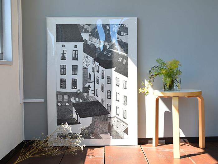 大きいポスターは、壁にとりつけるのではなく立てかけるのもおしゃれ。大きくてとりつけが心配、壁に穴があけられないという人にもおすすめです。