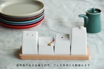 家族が普段食事をするテーブルに常備しておきたい調味料。買ったままの瓶を並べていませんか? 真っ白な白磁の容器に入れ替えるだけで、日常の食卓がオシャレな雰囲気に一新! 和洋どちらの雰囲気にもなじみます◎