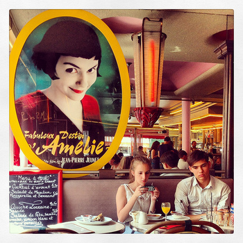 本国フランスだけでなく、日本でも大ヒットした「アメリ」、原題「Le Fabuleux Destin d'Amélie Poulain」。ちょっとエキセントリックな少女、アメリのファンタジックな映像美に惹かれた方も多いのでは? ロケに使われたカフェは今も観光地としてにぎわっています。